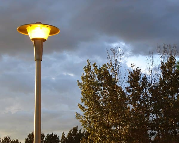 Streetlight at Confederation College by Ryan Hodnett [CC BY-SA 4.0 (https://creativecommons.org/licenses/by-sa/4.0)]