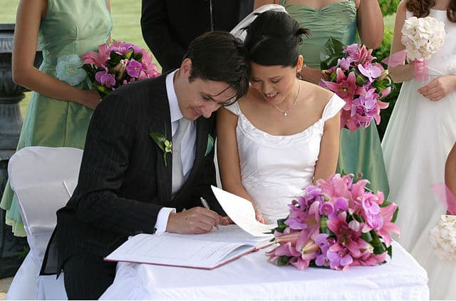 Bride and Groom By Jason Hutchens (Flickr) [CC BY 2.0 (http://creativecommons.org/licenses/by/2.0)], via Wikimedia Commons