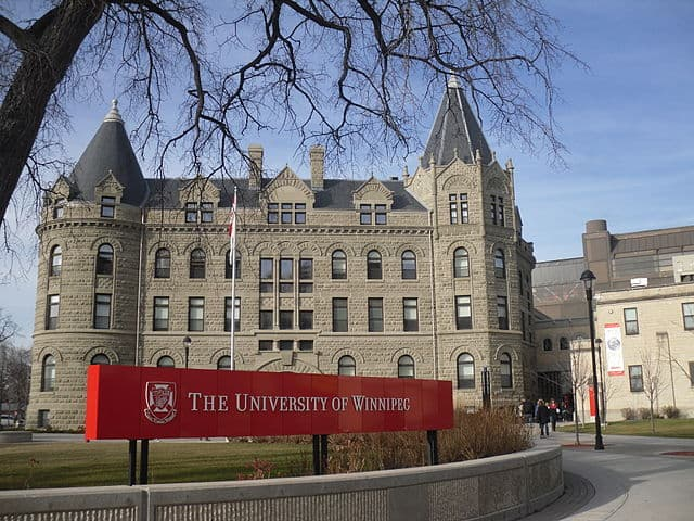 University of Winnipeg by KrazyTea / CC BY-SA (https://creativecommons.org/licenses/by-sa/3.0)