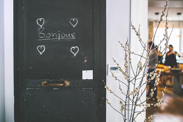 Bonjour via https://pixabay.com/en/bonjour-welcome-merchant-store-869208/