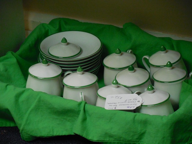 Box of dishes https://pixabay.com/en/dishes-tableware-dish-plate-table-907399/
