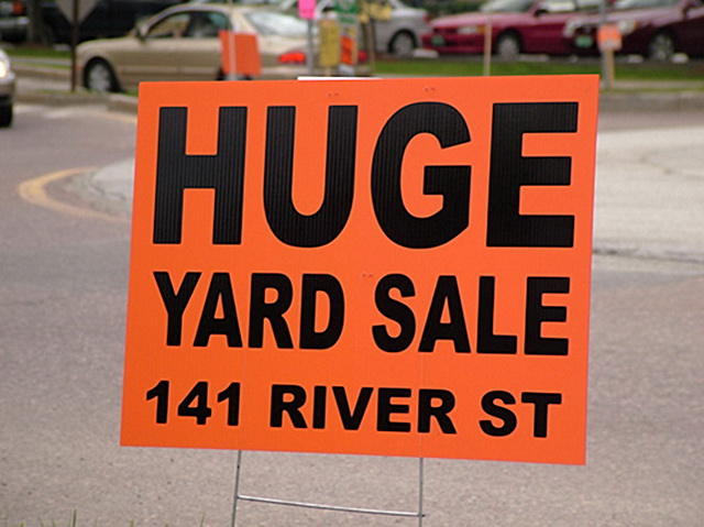 Huge Yard Sale by Mark Goebel via https://www.flickr.com/photos/sangre-la/3098676704/