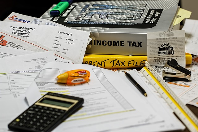 Accountant's desk via https://pixabay.com/en/income-tax-calculation-calculate-491626/