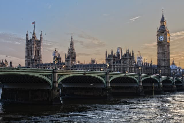 London via https://pixabay.com/en/london-parliament-england-ben-ben-530055/