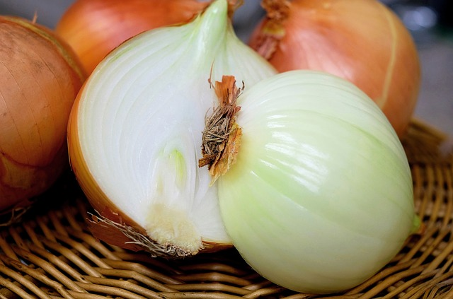 Onions via https://pixabay.com/en/onion-half-raw-food-close-1144620/