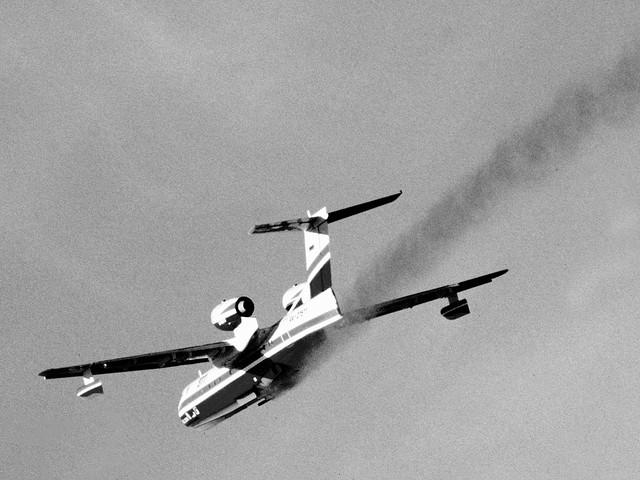 Plane going down via https://www.flickr.com/photos/motograf/939192240/