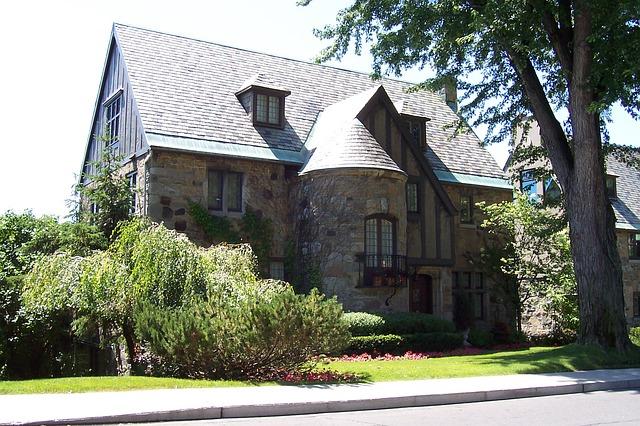 House in Westmount via https://pixabay.com/en/real-estate-montreal-westmount-724175/