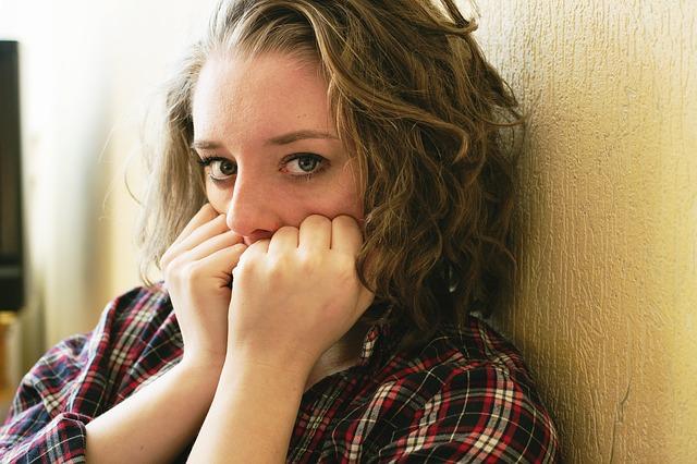 Fearful woman via https://pixabay.com/en/woman-girl-afraid-frightened-933488/