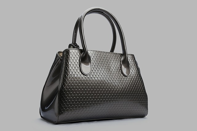 Woman's Purse via https://pixabay.com/en/package-briefcase-leather-bags-1052370/
