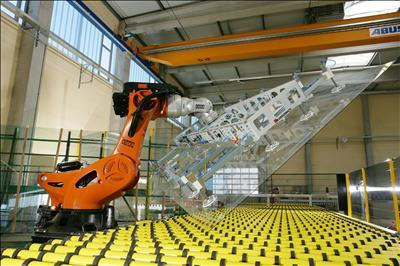 Glass handling robot By KUKA Roboter GmbH, Bachmann [Public domain], via Wikimedia Commons