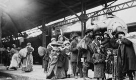 Immigrants at Union Station By Pringle & Booth [Public domain or Public domain], via Wikimedia Commons