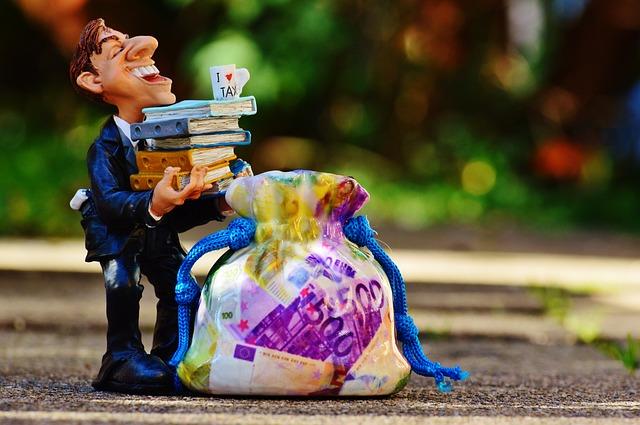 Accountant via https://pixabay.com/en/taxes-tax-consultant-finance-money-1032643/