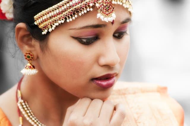 Pensive Indian woman via https://pixabay.com/photos/indian-woman-dancer-bollywood-girl-622358/